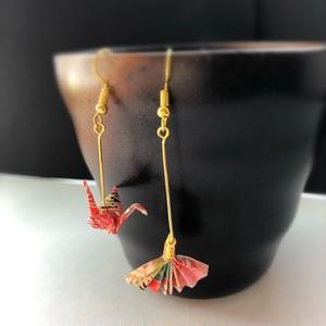 和風ピアス 和紙のミニチュア折り鶴と扇子 赤い着物柄 Japanese style miniature red Origami crane and Sensu