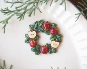 りんご畑のリースブローチ