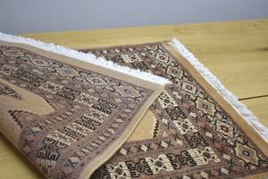 黄金色のパキスタン産絨毯