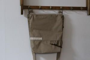 シンプルで合わせやすい斜め掛けバッグ