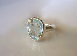 アイスブルーアクアマリンと木の実の指輪