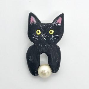 ボールで遊ぶ猫ブローチ(黒)