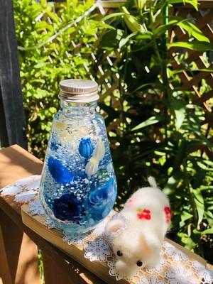 青いバラのハーバリウム