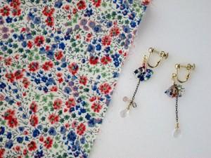 赤と青の小さな花の草原柄Petalイヤリング。(Red&Blue flowers)