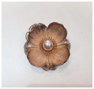 シルバーと18金、南洋真珠のクリスマスローズのブローチ