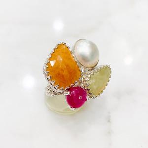 2つのカラーサファイア(11.7ct)とマベパール、ルビー、小さなダイヤモンドのシルバーリング