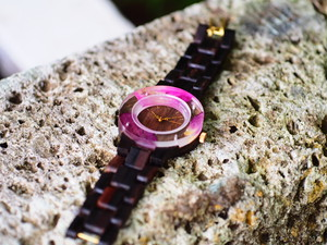 押花薔薇がはっきりわかる銘木黒檀の腕時計