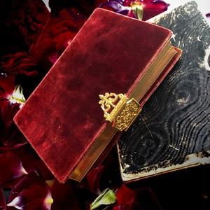 ワインレッドの祈祷書