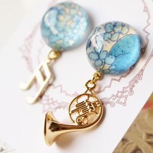 ホルン吹きサン必見♡ ブルーの花柄ピアス(イヤリング)