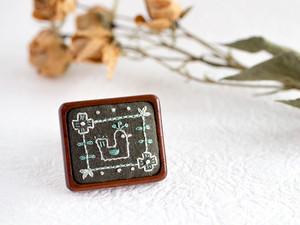 東欧の森の小鳥刺繍ブローチ(オリーブ)