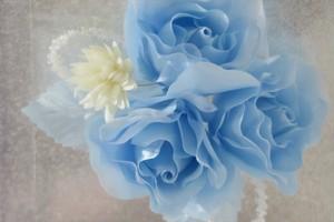 水色の薔薇の髪飾り 和装・洋装併用です。綺麗なブルーはおしゃれな成人式 卒業式 結婚式などにいかが?