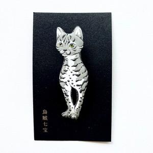 【烏賊七宝】七宝焼ブローチ 猫(ホワイト&グレー)