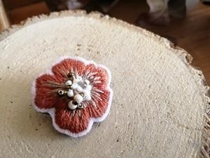 手刺繍の艶花ブローチ(ブラウン)