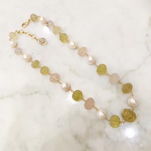 様々な色の水晶と真珠のショートステーションネックレス