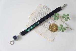 【バレンタインギフト】刺繍のリールストラップ・黒×グリーン