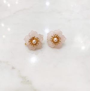ローズクォーツの花びらに金張りのシルバーと真珠のイヤリング