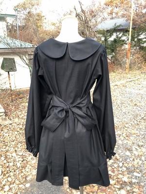 バックリボンで可愛くスタイリッシュに決める、長袖の丸襟リトルブラックトレス 一点もの コットン100% 黒 丸襟ワンピース パーティ 万能 パフスリーブ 裾フリル