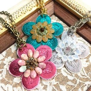 花刺繍とチェコビーズのバッグチャーム/梅
