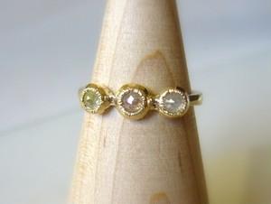 3つのナチュラルカラーダイヤの指輪