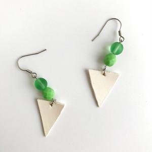 2つの緑と白のピアス