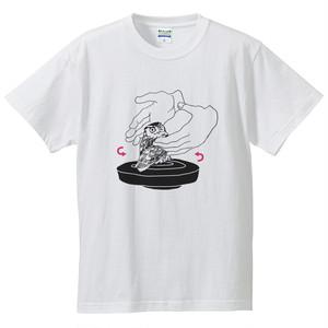 『騙されてろくろに乗るフクロウ』Tシャツ
