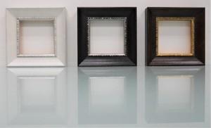 額縁おしゃれアンティークフレーム正方形22-4691白/22-6488黒/22-4687茶/額縁寸法82mm×82mm窓枠寸法70mm×70mm 2mmアクリル裏板付 箱付き、卓上穴あけ棒スタンド付 壁掛け兼用