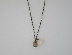 オーバル型の天然石Smoky quartzと小花のペンダント