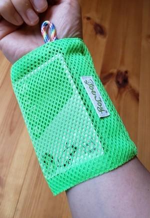手首に付けるパスケース「蛍光グリーン」