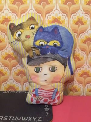 型抜きクッション 2匹の猫と男の子
