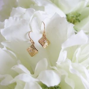 ホワイトダイヤモンド付き透かし模様K18ゴールドピアス