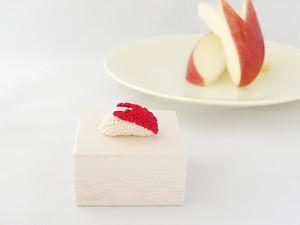 ウサギリンゴのタックピン