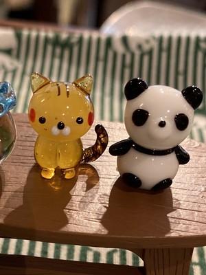 ミニチュアガラスのお座りトラ猫とパンダセット