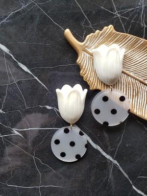 tulip (white) × black dot