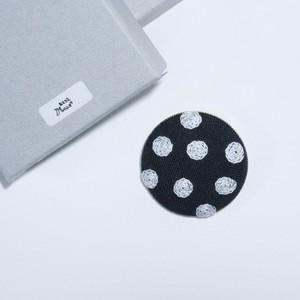 あとりえMOON 刺繍ブローチ 丸 チャコールグレー×ホワイト 【布小物】