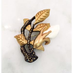 象牙色の樹脂に金彩と色漆、野バラの透かしのブローチ