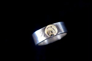 Light 18k eagle ring
