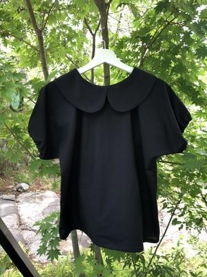 丸い袖と黒一色の生地が演出するモードで可愛い丸襟ブラウス。一点もの