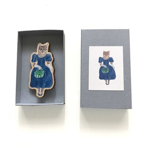 木のブローチ 青いドレスのねこ