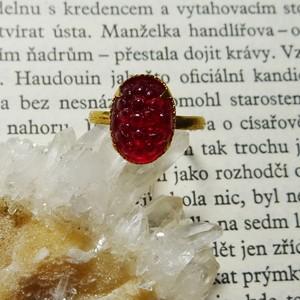 チェコスロバキア ヴィンテージガラス デイジーモチーフのオーバルリング / レッド