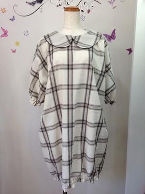 柔らかコットンのチェック生地で作った裾ゴムフリルのふっくら丸襟ワンピース。五分袖