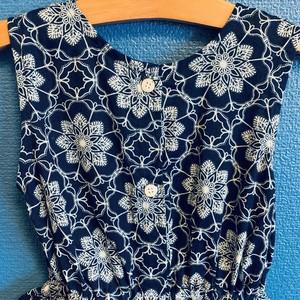 藍染風ウエストフリルキッズワンピース(花柄)