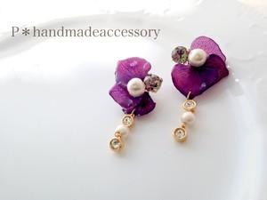 紫の紫陽花ペタルと揺れるコットンパールとビジューのピアスORイヤリング