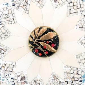 黒樹脂に金彩、赤珊瑚、藪柑子(ヤブコウジ)のブローチ