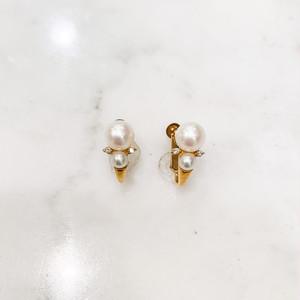 和珠の真珠を重ねて、小さなダイヤモンドをあしらったイヤリング(K18金具)