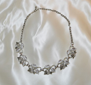 VINTAGE leaf motif necklace
