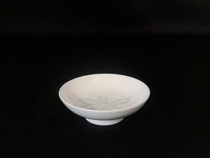 【井上萬二作】白磁緑石南花彫文小皿