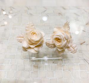 象牙色の樹脂製 左右非対称の薔薇のイヤリング・ピアス