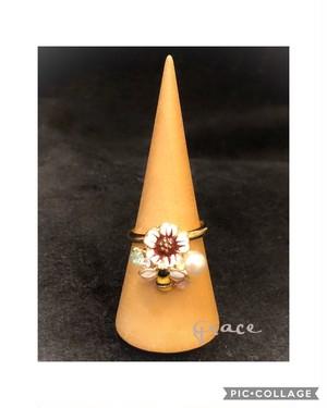 みつばちとお花とパールのカボッションのリング