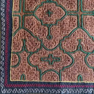 刺繍のテーブルマット3 緑  38x40cm シピボ族の刺繍布 プレイスマット額装