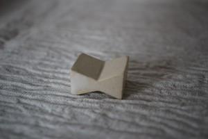 辻本路|箸置き 角リボン (白)